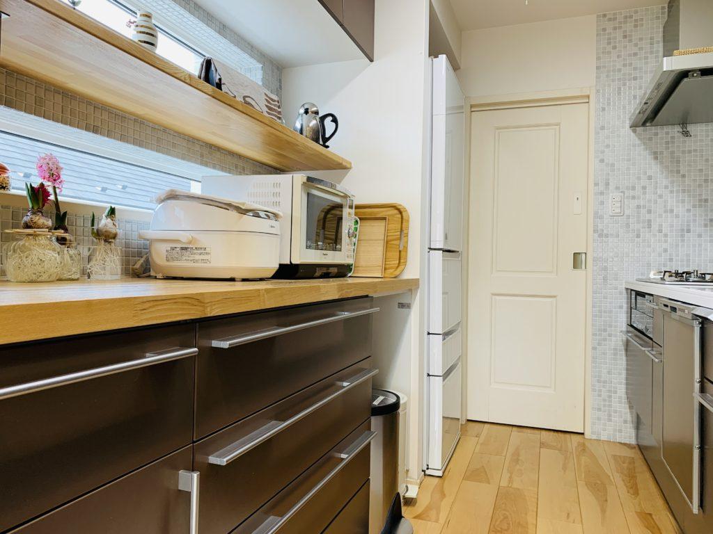 オープンキッチンの背面カップボード