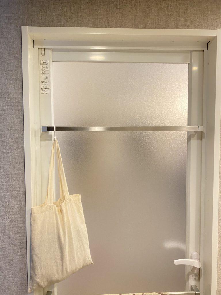 お風呂のドアに吊り下げたトートバッグ