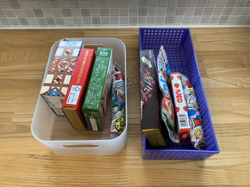 100均のボックスでお菓子収納
