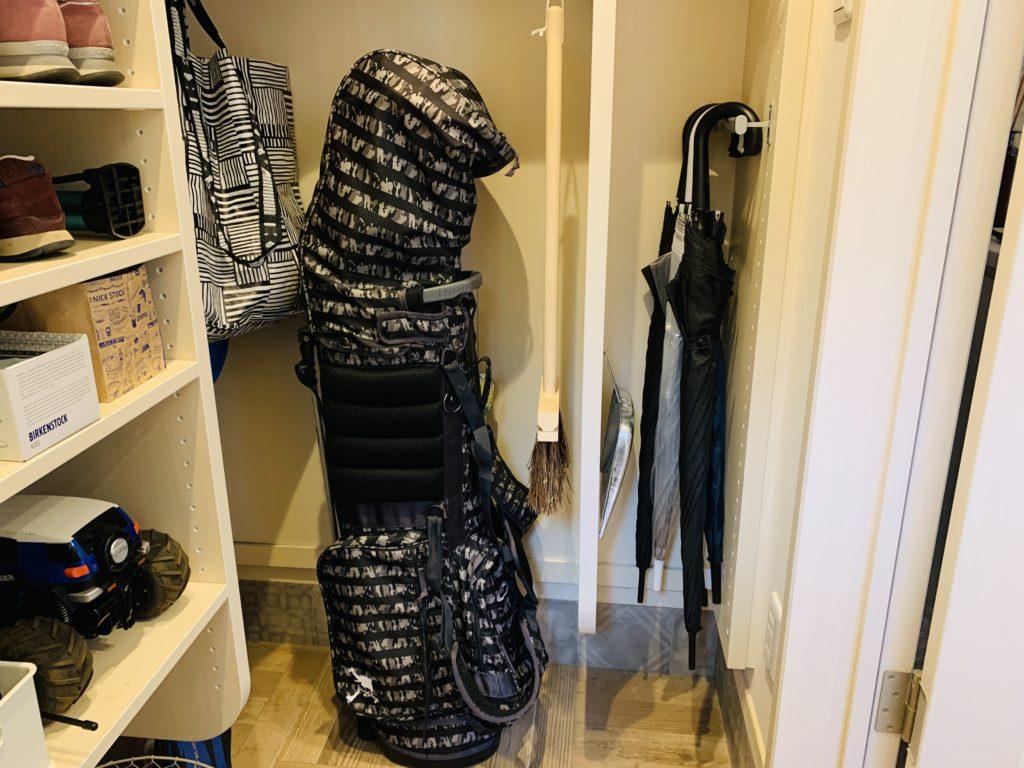 ゴルフバッグや掃除用品をシューズクロークに収納