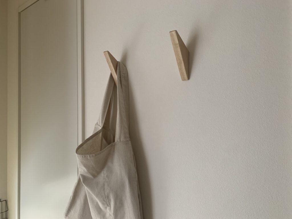 壁にフックを付けて、見せる収納に。